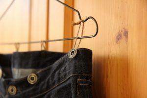 サスペンダーボタンの付いたジーンズ(ベルトループなし)の飾り方